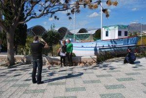Una pareja de turistas se fotografía junto a la réplica de la barca de Chanquete, La Dorada, en el parque Verano Azul de Nerja.