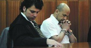 El acusado Nezzar Alejandro E.D., con uno de sus abogados, escuchando el veredicto de culpabilidad.