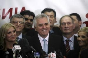 Tomislav Nikolic (centro) se dirige a los medios tras proclamarse ganador de las elecciones serbias.