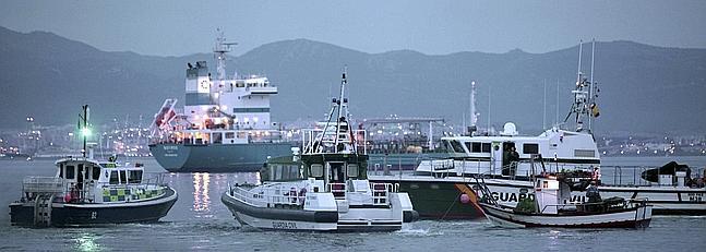 La Guardia Civil escolta a los pesqueros en la bahía de Algeciras.