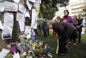 Una mujer visita el lugar donde un jubilado de 77 años se suicidó en la plaza Sintagma de Atenas