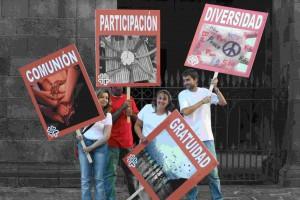 Voluntarios de Caritas haciendo campaña en favor de de la diversidad y la gratuidad de las ayudas.