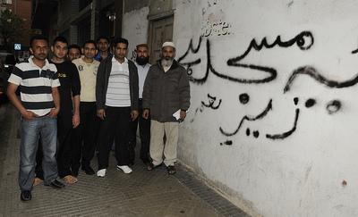 Varios ciudadanos que quieren abrir una mezquita en el barrio de Zaramaga de Vitoria posan delante de la lonja.