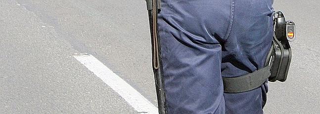 Un agente luce una bandera de eEspaña en la culata de su arma.