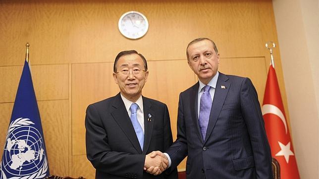 Ban Ki-moon, secretario general de la ONU, con el primer ministro turco, Recep Tayyip Erdogan