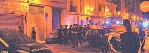 Numerosos agentes en la calle donde se produjo la reyerta.