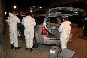 Investigadores de la Ertzaintza llegan al lugar del crimen