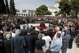 El funeral de esta nueva víctima de la crisis congregó a cientos de personas en Atenas.
