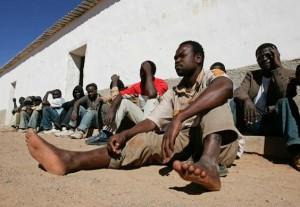 Inmigrantes subsaharianos a más de 45 grados en el patio de una cárcel marroquí.