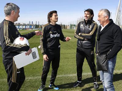 Manolo Preciado, durante su visita a la Ciudad Deportiva del Real Madrid, departe con Mourinho y su equipo técnico.