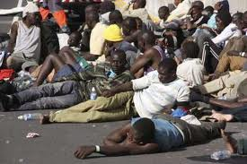 Un grupo de subsaharianos arracimados en Cartagena.