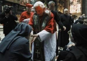 El Papa Benedicto XVI saluda a las monjas después de una meditación con los sacerdotes y religiosos en el centro de la catedral del Duomo de Milán.