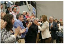 Mohamed Mohand aplaude a Juan José Imbroda tras su reelección como presidente del PP en Melilla.