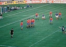 Platini realiza un lanzamiento de falta ante Arconada que acaba en gol para Francia durante la final de 1984.