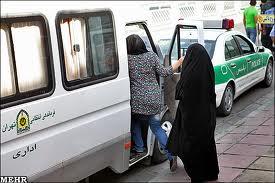 La Policía moral iraní se lleva detenida a una mujer por vestir pantalones.