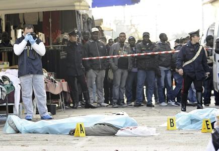Inmigrantes senegaleses contemplan los cadáveres de dos de los compatriotas fallecidos.
