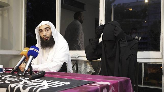 La conversa y el portavoz islamista, en la rueda de prensa en Bruselas