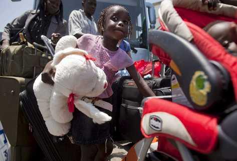 Una niña sudanesa, momentos antes de embarcar en un avión israelí rumbo a su país.