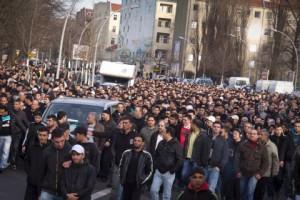 Musulmanes manifestándose por las calles de Bruselas.