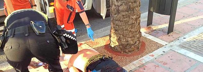 La imagen, tomada por un vecino, capta el momento en que los sanitarios y la policía atienden a la víctima.