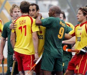 Ballbé calma a su compañero Oliva, que se encara con un jugador sudafricano.