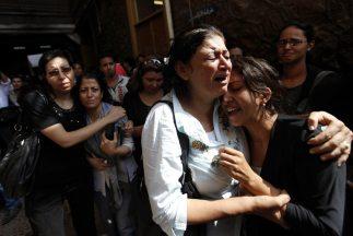 Cristianos coptos lloran el asesinato de un familiar en Egipto.