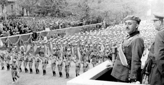 Tras vencer al ejército rojo, las tropas nacionales desfilan ante el Caudillo.