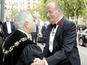 El rey saluda a Carlos Divar.