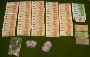 Droga y billetes incautados a los tres detenidos.