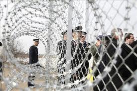 Funcionarios griegos y del Frontex en la frontera de Grecia con Turquía.