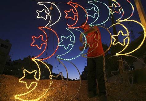 La media luna estará presente un año más en la iluminación por las fiestas del Ramadán.