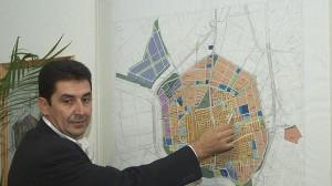 El exalcalde socialista Antonio Maestre ante un plano de la localidad