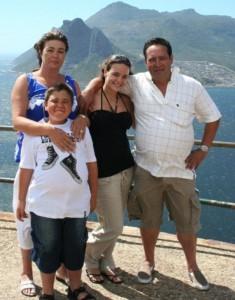 El pequeño Amaro, junto a su familia, días antes del suceso.