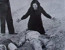 Una mujer llora ante el cadáver de su hermano, asesinado por los rojos en Paracuellos por su condición de católico.