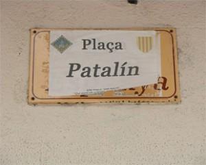 Placa de la Plaza de España de la Seo de Urgel (Lérida) tapada con un papel y el nuevo nombre aprobado por el Ayuntamiento