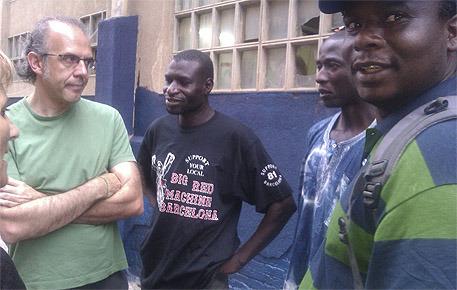 El concejal de ICV, Ricard Gomà, con senegaleses del campamento