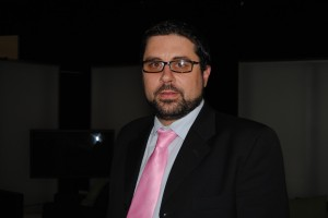Yasin Puertas, moderador del debate celebrado en Córdoba TV.