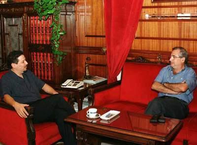 El líder del partido musulmán CpM, Mustafá Aberchan (i), departe con el presidente de Melilla, Juan José Imbroda.