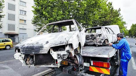 Evidencias. Dos de los autos incendiados en las protestas surgidas entre el lunes y martes en Amiens.