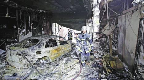 Destrozos. La imagen de uno de los automóviles incendiados en los suburbios de Amiens. La violencia hizo recordar el estallido social que conmovió la periferia parisina, en el año 2005.