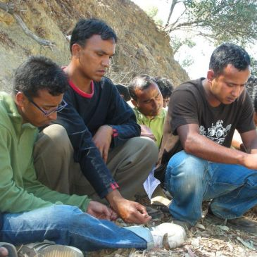 Inmigrantes en Bangladesh duermen a la intemperie.