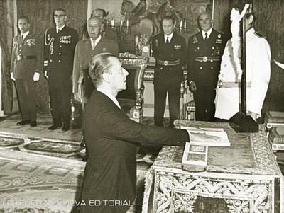 Blas Piñar jura su cargo al frente del Instituto de Cultura Hispánica, en presencia del Caudillo.