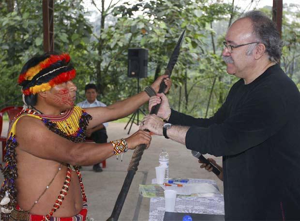 Carod Rovira, durante una visita a Ecuador, recibe una lanza guerrera de manos de un indígena.