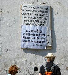Un cartel en la iglesia de Santa Catalina reprocha a la Junta de Andalucía que invierta en una medina de Marruecos