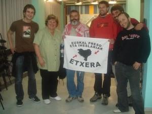 """El """"digno"""" Gordillo, con una pancarta de apoyo a ETA."""