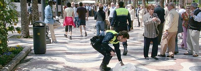 Un agente de la Policía Local de Alicante, en el lugar donde se produjo la salvaje agresión.