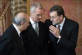 Rajoy conversa con el ministro del Interior. En el centro, Pedro Morenés, responsable de Defensa.