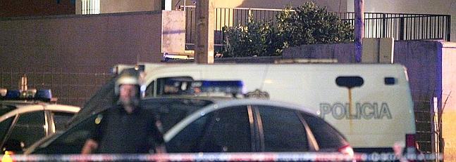 La Policía registra la vivienda de La Línea de la Concepción propiedad de la mujer del ciudadano turco detenido.