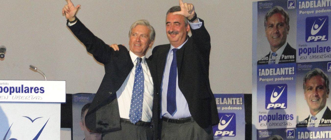 Ignacio Velázquez, presidente del primer gobierno autónomo de Melilla (d) junto al autor de la serie, Julio Liarte.