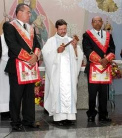 """Esta Iglesia da mucho asco: Una cura brasileño celebra una """"Misa masónica"""" para conmemorar el Día del Masón Misa-masona"""